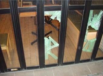 【施工前】施設のガラス破損で見積もり提出の後交換
