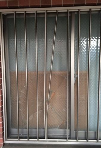 【施工前】腰高窓のガラス交換、面格子の修理工事(浜松市北区)