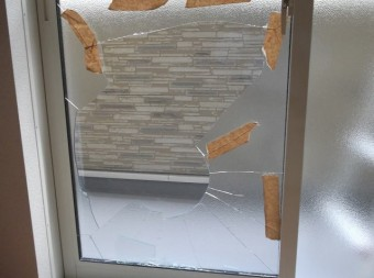 【施工前】粉々になってしまった掃出窓を緊急で取替え