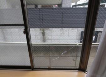 【施工前】静岡県湖西市で戸建て住宅の出窓のガラスの熱割れを交換