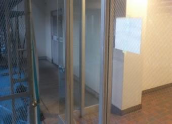 【施工後】静岡県浜松市天竜区でエントランスドアのヒビ割れ、修復工事