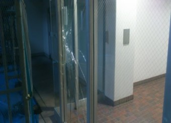 【施工前】静岡県浜松市天竜区でエントランスドアのヒビ割れ、修復工事