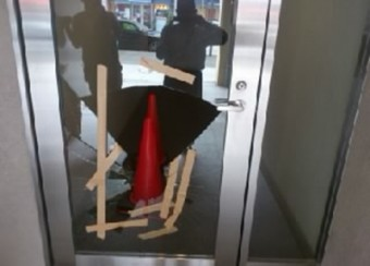 【施工前】静岡県袋井市のビル入り口ガラス割れのため交換