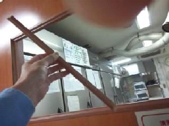 【施工前】静岡県浜松市南区の事務所で、はめ殺し窓のガラス割れ