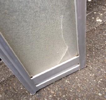 【施工前】静岡県磐田市の住宅にて浴室中折れ戸のアクリル板交換