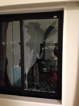 【施工前】静岡県袋井市の戸建て住宅で破損したペアガラスの養生