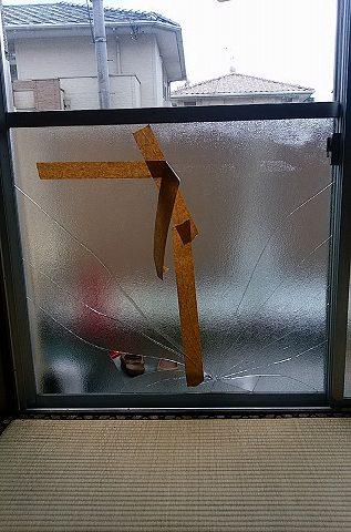 【施工前】浜松市中区の賃貸アパートにて掃出し窓のガラスにヒビ