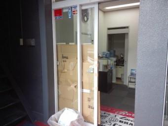 【施工前】浜松市天竜区の会社事務所にて荷物搬入時にガラス破損