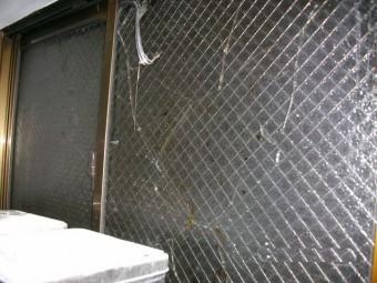 【施工前】静岡県湖西市の店舗倉庫にてサビ割れによるガラス交換