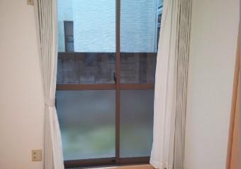 【施工後】静岡県磐田市の戸建てにて物をぶつけ掃き出し窓にヒビ