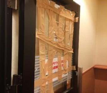 【施工前】静岡県浜松市中区の店舗で出入り口ドアにぶつかり破損