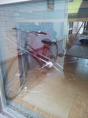 【施工前】静岡県浜松市西区の住宅で飛び石被害によるガラス交換