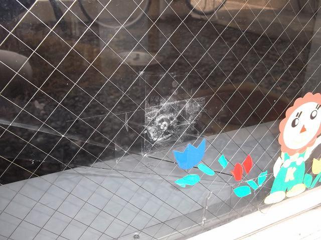 【施工前】静岡県磐田市の塾にて飛び石被害によるガラス交換