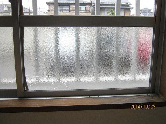 【施工前】静岡県袋井市の賃貸アパートにてイタズラによるガラス破損