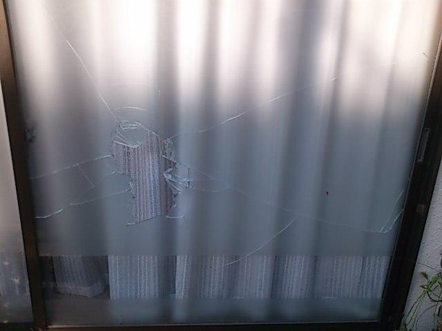 【施工前】静岡県浜松市東区の戸建住宅にて物を投げてガラスが割れた