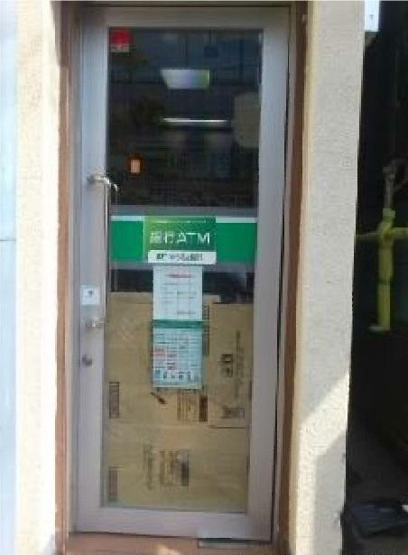 【施工前】静岡県浜松市北区の郵便局にて故意にガラスを蹴飛ばしたため破損